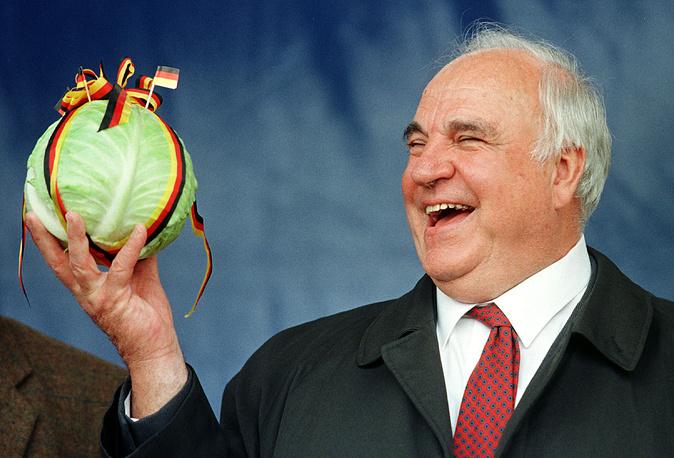 С подарок от немецких фермеров. Бюзум, 29 июля 1998 года. Через несколько месяцев Партия Коля проиграет парламентские выборы и он покинет пост канцлера