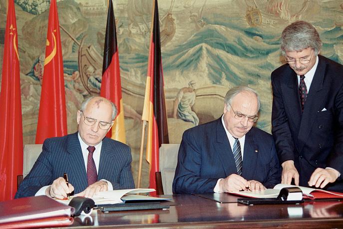 С президентом СССР Михаилом Горбачевым во время подписания Договора о добрососедстве, партнерстве и сотрудничестве между Советским Союзом и Федеративной Республикой Германией. Бонн, 1990 год