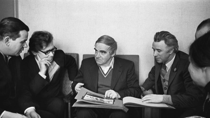 Поэты Глеб Горбовский и Лев Гаврилов во время встречи с Даниилом Граниным в Ленинграде в феврале 1976 года