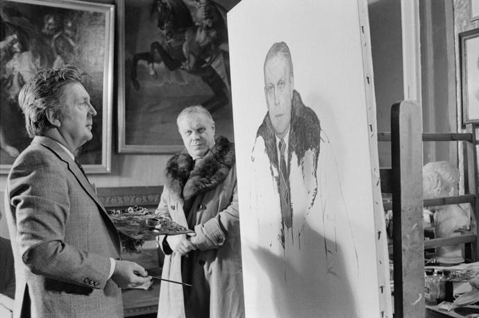 Работа над портретом писателя Владимира Солоухина, 1982 год