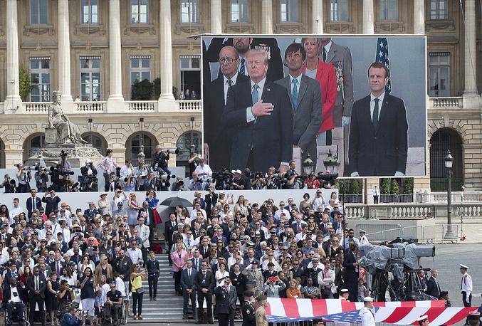 Во время парада были исполнены национальные гимны США и Франции