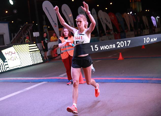 Юлия Конякина, выигравшая в ночном забеге на 10 километров среди женщин
