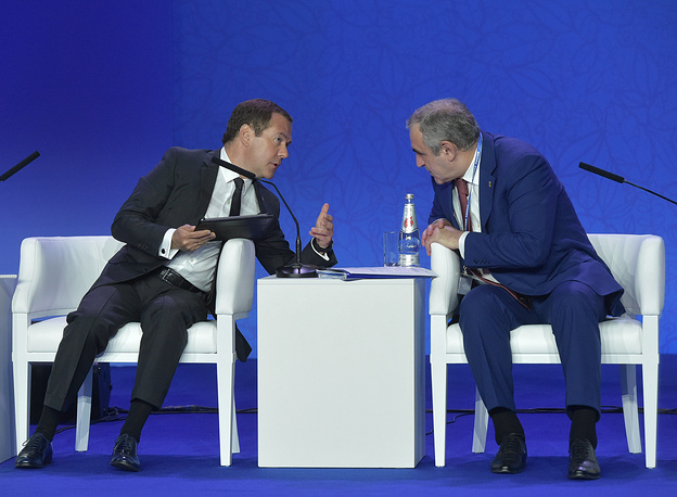 Премьер-министр РФ Дмитрий Медведев и вице-спикер Госдумы РФ Сергей Неверов