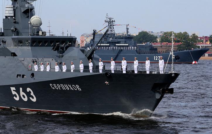 """Малый ракетный корабль """"Серпухов"""" (на первом плане) и большой десантный корабль-43 """"Минск"""" (на втором плане) в акватории реки Невы, Санкт-Петербург"""