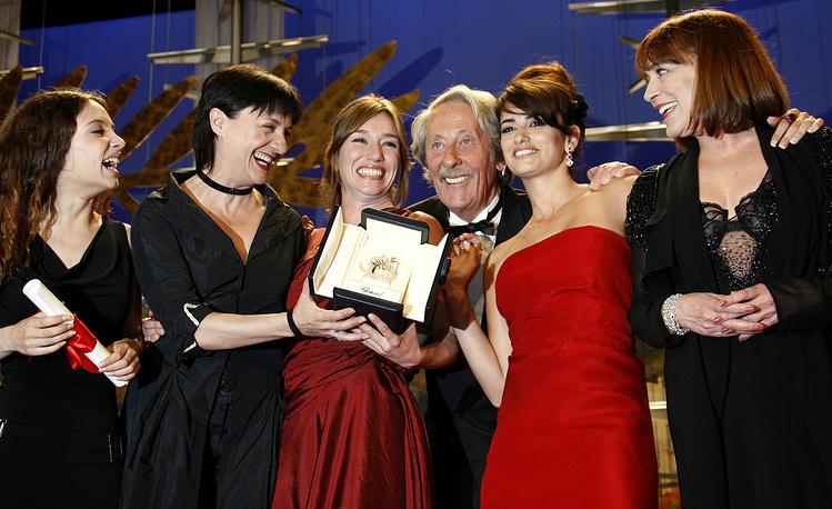 С актрисами Йоханой Кобо, Бланкой Портильо, Лолой Дуэнас, Пенелопой Крус и Кармен Маурой на 59-м Каннском кинофестивале, 2006 год