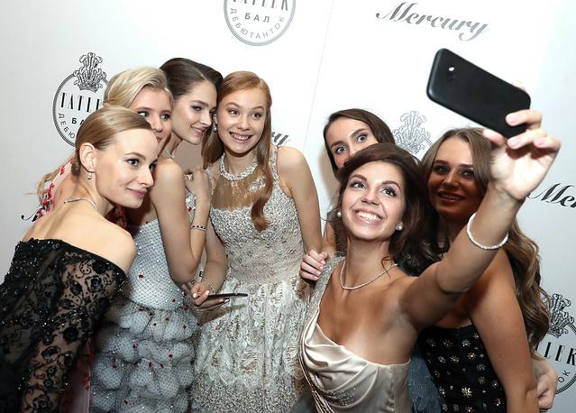 Иветта Невинная делает селфи на балу дебютанток журнала Tatler