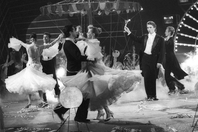 С ансамблем бального танца Росконцерта во время новогоднего концерта, 1988 год