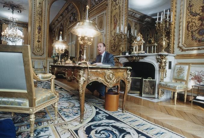 Президент Франции Жак Ширак в своем рабочем кабинете в Елисейском дворце, 1996 год