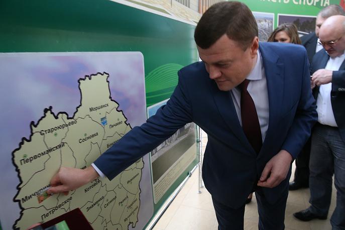 Губернатор Тамбовской области Александр Никитин показывает места строительства новых спортивных объектов.