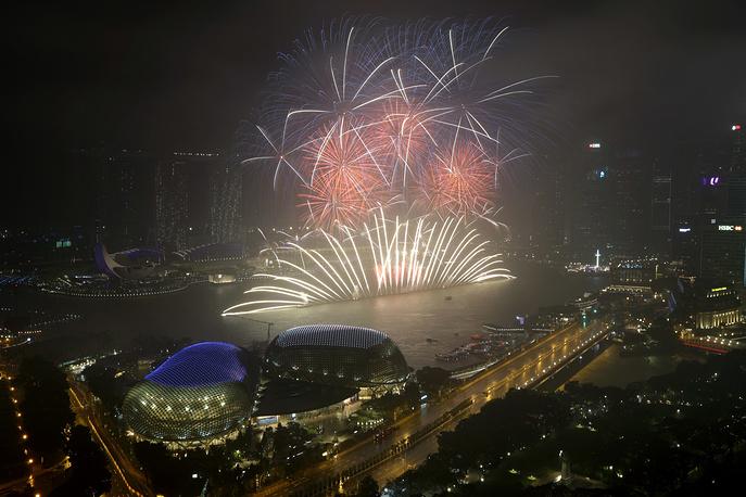 Салют над Финансовым районом Сингапура
