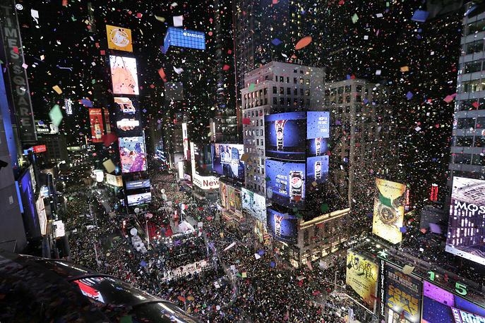 Конфетти над Таймс-сквер в Нью-Йорке