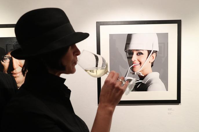 """Посетительница у работы """"Одри Хепберн"""" (Париж, 1965)"""