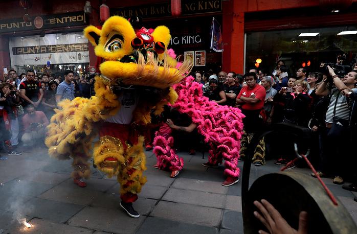Лунный Новый год отмечают не только в Азии –– это выходцы из Китая смотрят на танец львов на улице Мехико