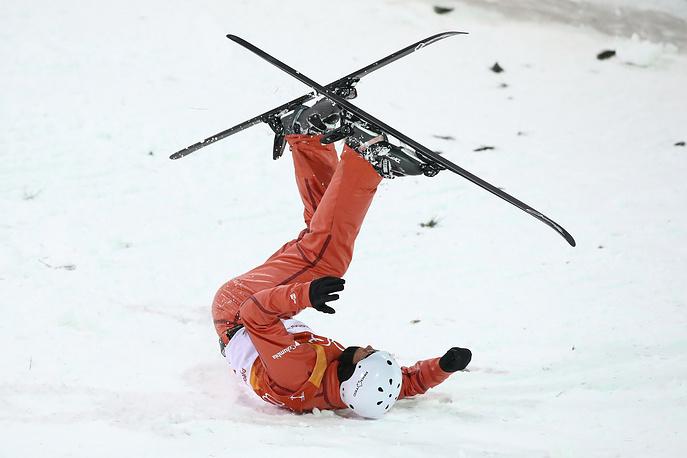 Станислав Гладченко из Белоруссии во время финала мужских соревнований по лыжной акробатике