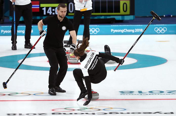 Керлингистка команды олимпийских спортсменов из России Анастасия Брызгалова во время игры с Норвегией за бронзовую медаль в соревнованиях микст-дуэтов