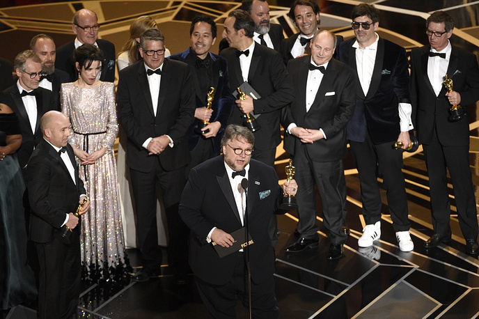 """Гильермо дель Торо с актерским состав и членами съемочной группы """"Формы воды"""" во время получения награды за лучший фильм"""