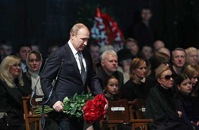 Президент РФ Владимир Путин во время церемонии прощания с актером и режиссером Олегом Табаковым в МХТ имени А. П.Чехова