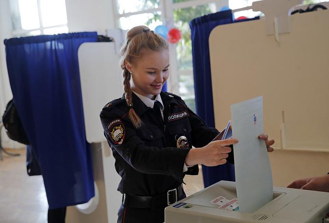 Курсантка МВД голосует на избирательном участке в Москве