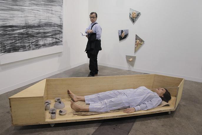 Во время перформанса датской художницы — уроженки Филиппин — Лилибет Куэнса Расмуссен