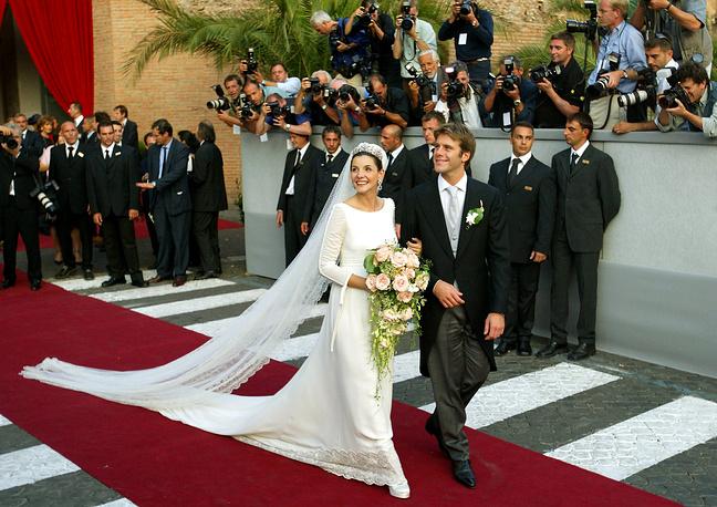 Французская актриса Клотильд Куро (принцесса Венецианская и Пьемонтская Клотильд) во время свадьбы с Эммануэлем Филиберто Савойским, внуком последнего короля Италии Умберто II Савойского, в базилике Санта-Мария-дельи-Анджели-э-деи-Мартири в Риме, 25 сентября 2003 года