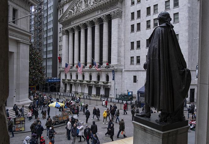 Около закрытого здания Федерал-Холл и статуи Джорджу Вашингтону, Нью-Йорк
