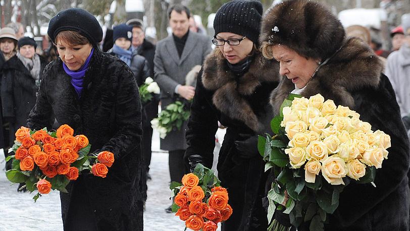 Наина Ельцина и дочери Татьяна Дьяченко и Елена Окулова у могилы Бориса Ельцина. 2011 год