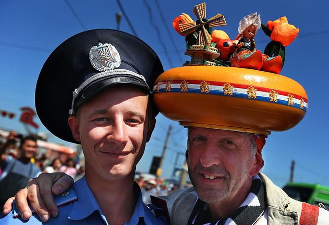 Украинский полицейский и болельщик из Голландии