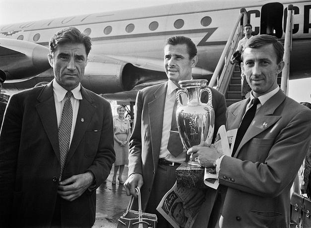 Андрей Старостин, Лев Яшин и Игорь Нетто с кубком Европы, 1960 год