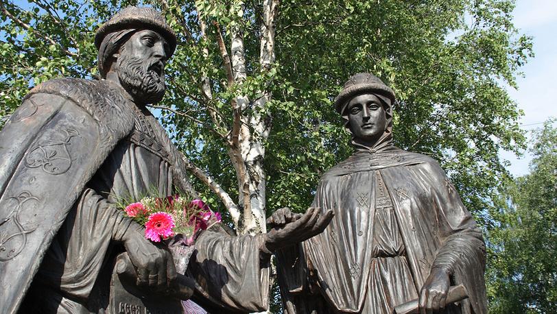 Памятник Петру и Февронии в Архангельске
