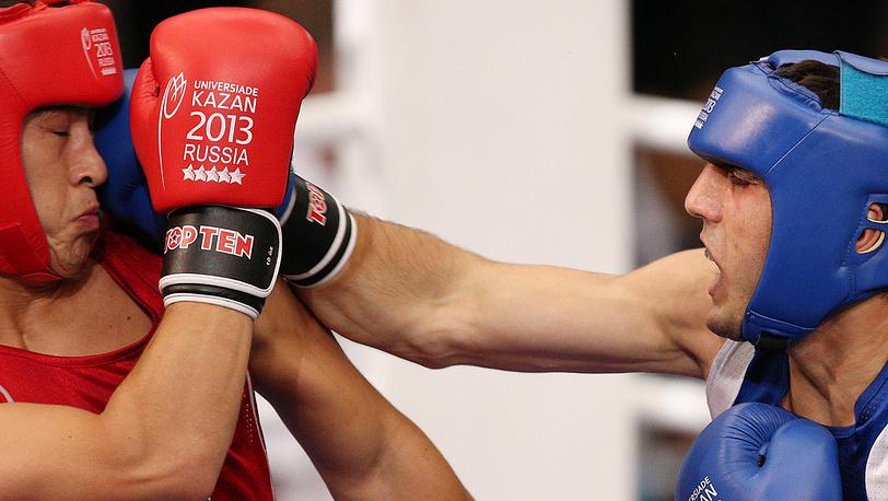 Молдавский спортсмен Виктор Карапчешвили /слева/ и российский спортсмен Артем Чеботарев