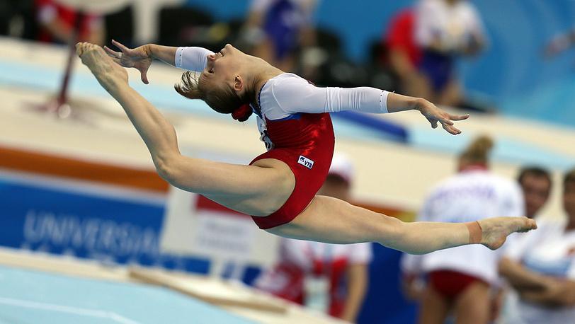 Российская гимнастка Анна Дементьева во время выполнения вольных упражнений