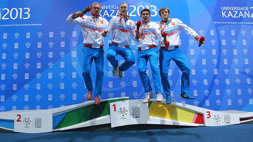 Российские спортсмены Алексей Хованский, Алексей Черемисинов, Реналь Ганеев и Артур Ахматхузин /слева направо/, завоевавшие золотые медали по фехтованию на рапирах