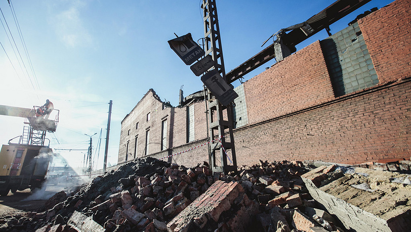 Разрушенная стена и часть кровли цинкового завода в Челябинске. Фото ИТАР-ТАСС/ Евгений Хажей