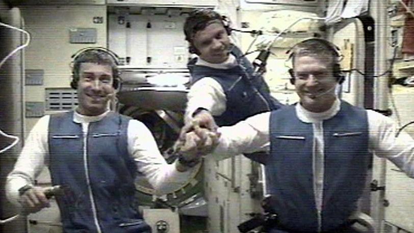 Члены первой экспедиции на МКС Сергей Крикалев, Юрий Гидзенко и Уильям Шепард