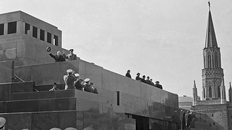 1961 год Н.Хрущев и Ю.Гагарин на трибуне мавзолея