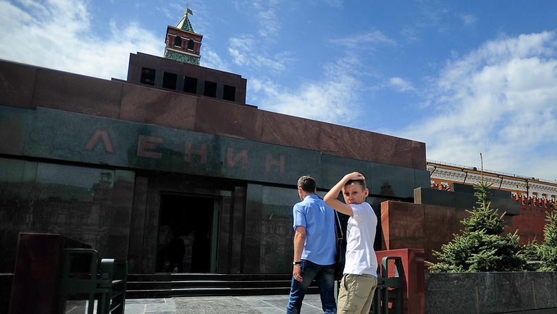 Первые посетители Мавзолея после ремонта