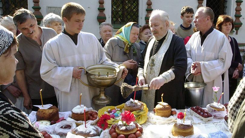 В России на Пасху крашеные яйца и куличи относят в церковь для освящения
