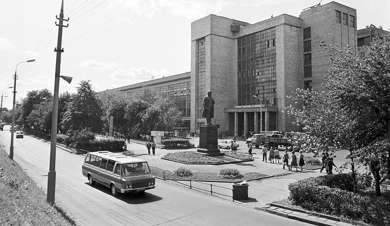Памятник В.И.Ленину на Центральной аллее автозавода ЗИЛ. Фото ИТАР-ТАСС/ Валентин Соболев