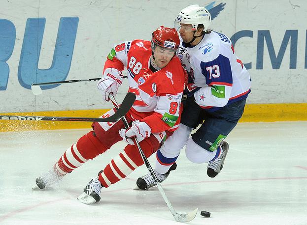 Спартаковец Роман Людучин (слева) и армеец Денис Гребешков