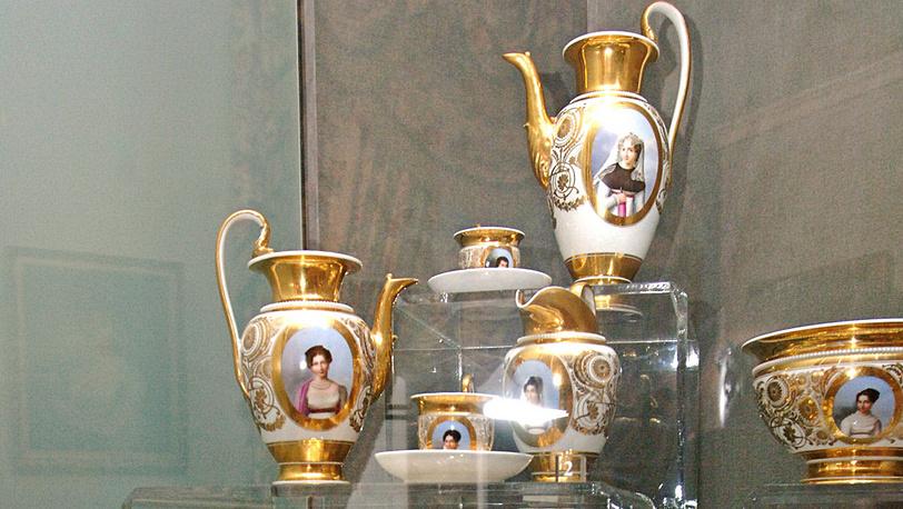 Предметы из кофейного сервиза фарфоровой мануфактуры Гарднера (18 век)