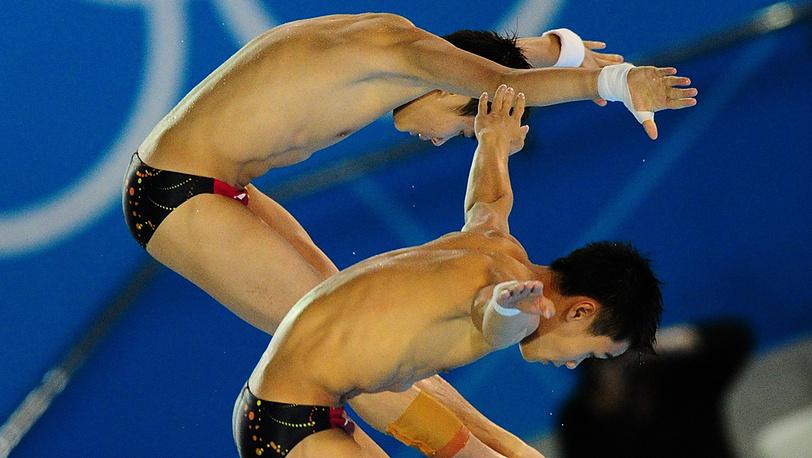 Цао Юань и Чжан Янгуан во время соревнований по прыжкам в воду с 10-метровой вышки