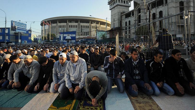 Мусульмане у Соборной мечети