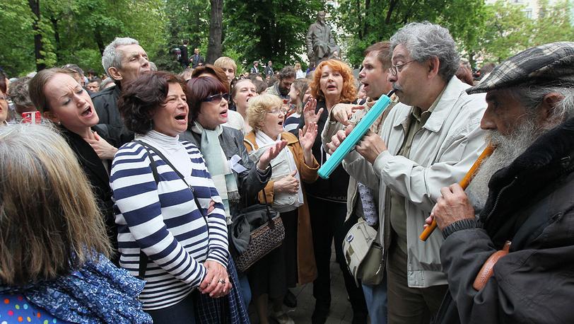 Участники акции у памятника Абаю Кунанбаеву на Чистопрудном бульваре