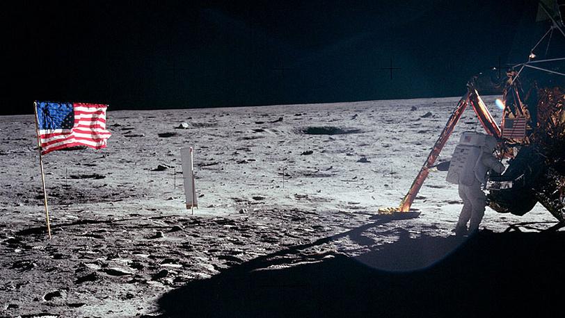 Нил Армстронг у лунного модуля