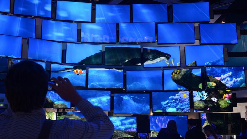 Телевизоры с плоским экраном на выставочном стенде Panasonic