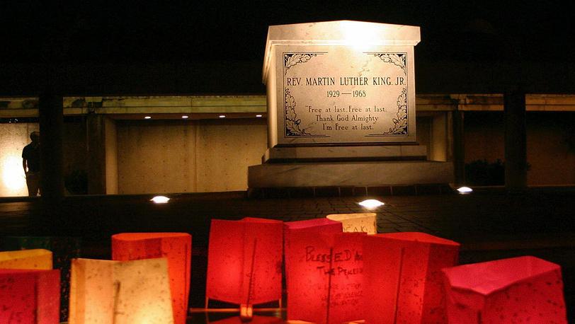 На могиле преподобного Мартина Лютера Кинга в Атланте