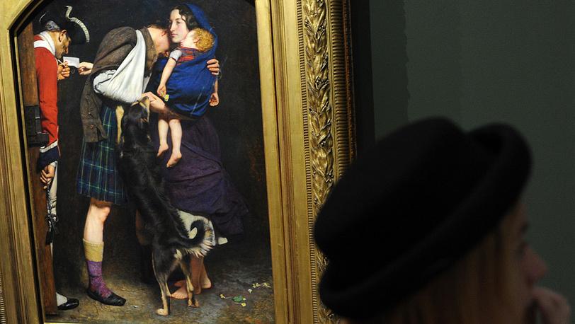 """Посетительница у картины Джона Эверетта Миллеса """"Приказ об освобождении"""""""