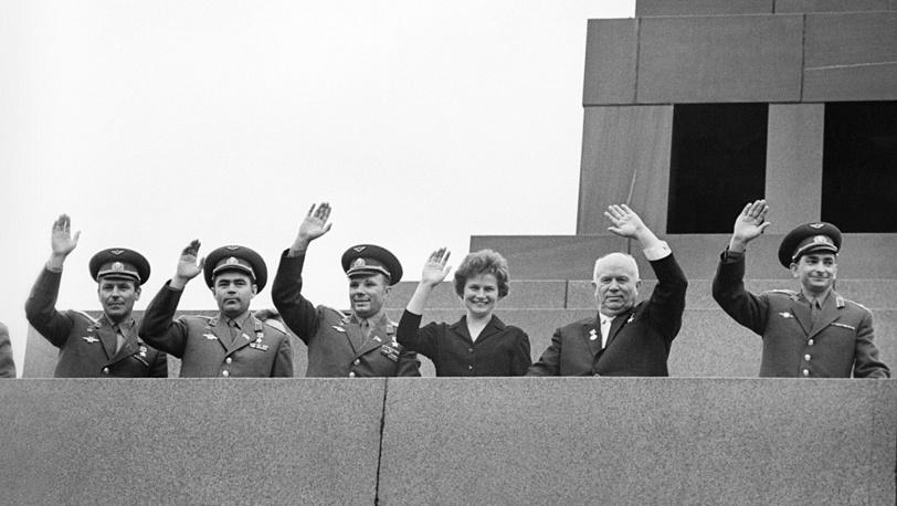 1-й секретарь ЦК КПСС Н.Хрущев (второй справа) и летчики-космонавты Г.Титов, А.Николаев, Ю.Гагарин , В.Терешкова и В.Быковский. Москва, 1963 год