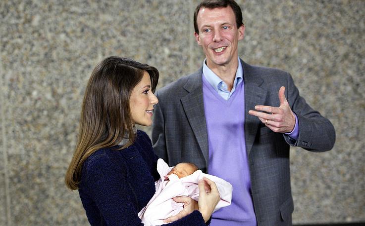 Принц Дании Иоахим и принцесса Мари с новорожденной дочерью Афиной /2012 год/