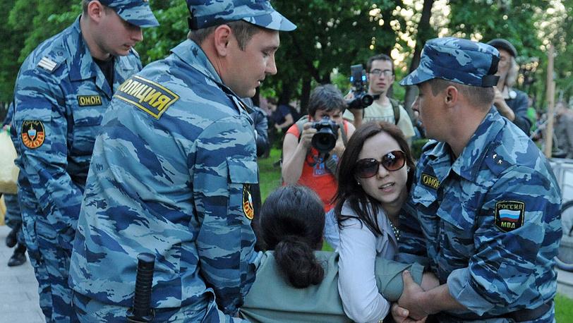 """ОМОН проводит задержание возле метро """"Баррикадная"""""""